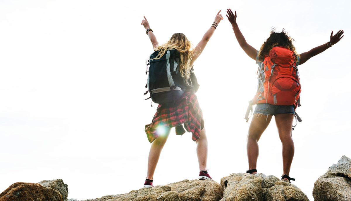 friends-traveling-together-KDJREC9
